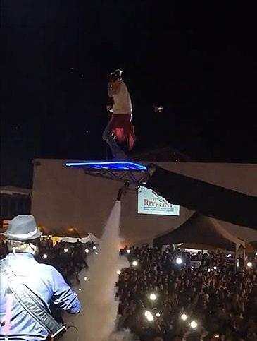 Luan Santana cai de plataforma durante show no Piauí