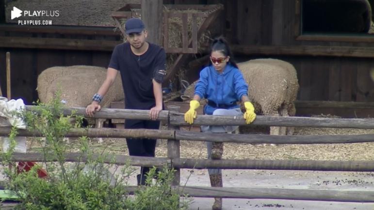 Lucas e Mirella na área externa