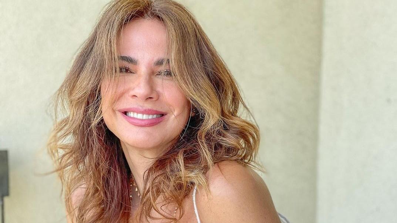 Luciana Gimenez posa em sacada de casa