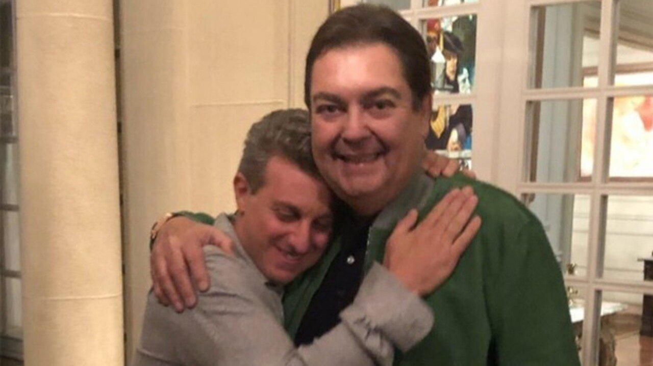 Luciano Huck dá abraço em Faustão