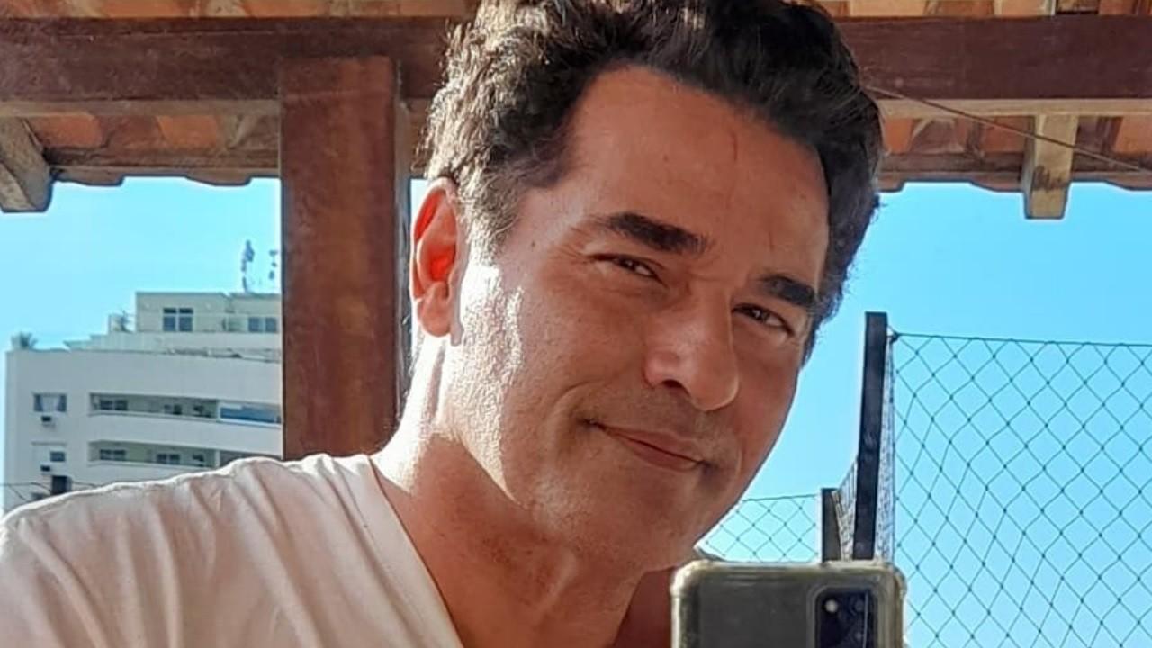 Luciano Szafir posa para foto no Instagram em frente a um espelho