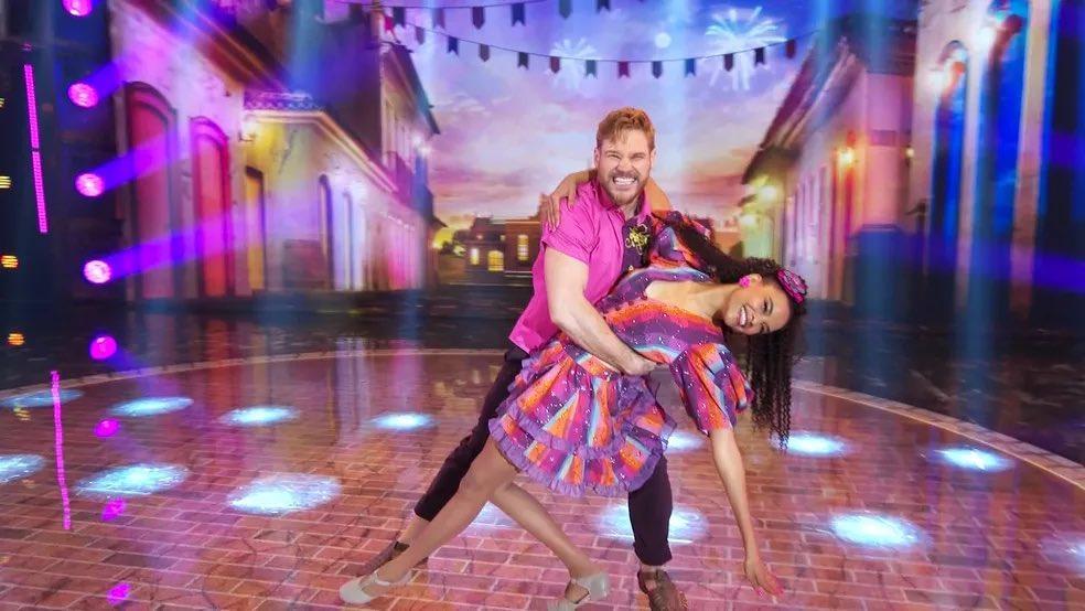 Lucy Ramos abraçada e abaixada com seu parceiro durante Dança dos Famosos