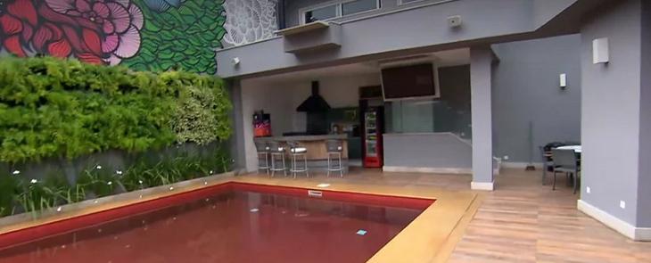 De piscina vermelha a porta gigante: Conheça a mansão de Ludmilla