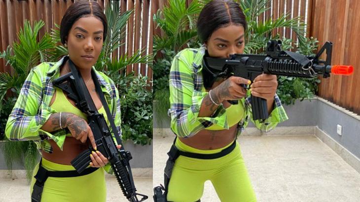 Ludmilla treinando com arma de brinquedo