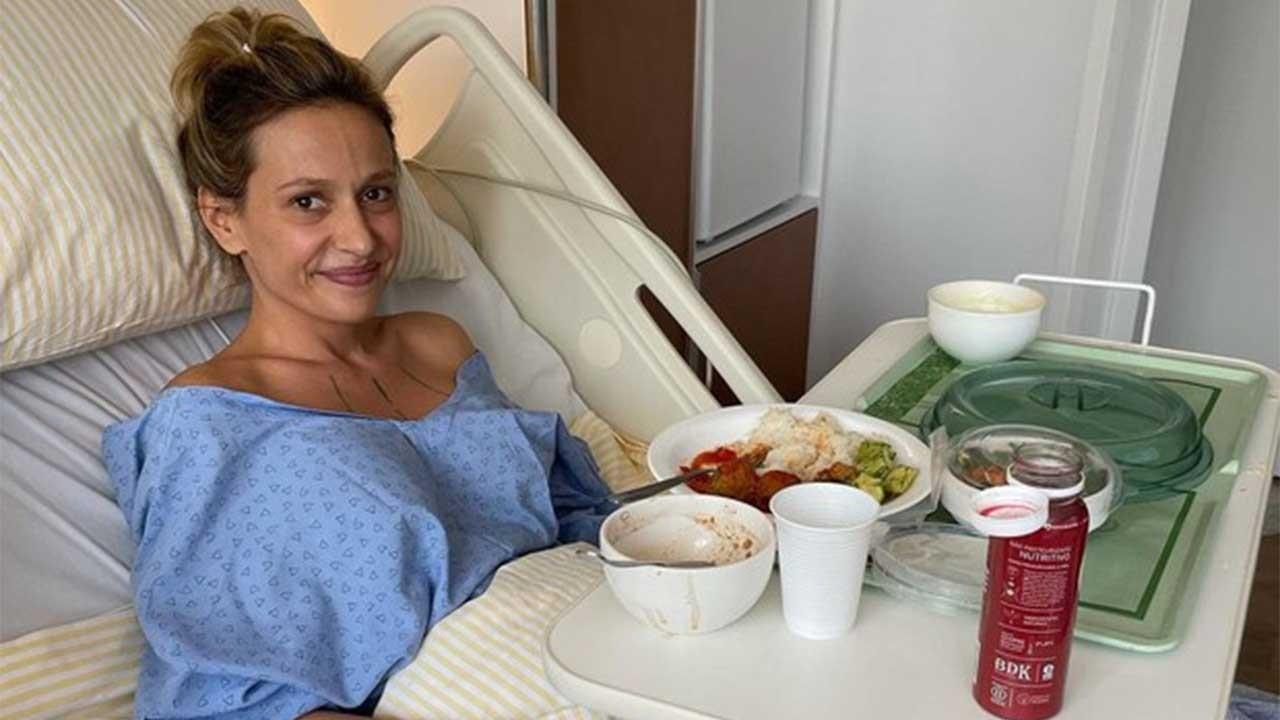 Luisa Mell em leito hospitalar, com almoço em sua frente