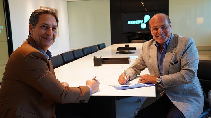 Luís Ernesto Lacombe assina contrato ao lado do vice-presidente da RedeTV!, Marcelo de Carvalho