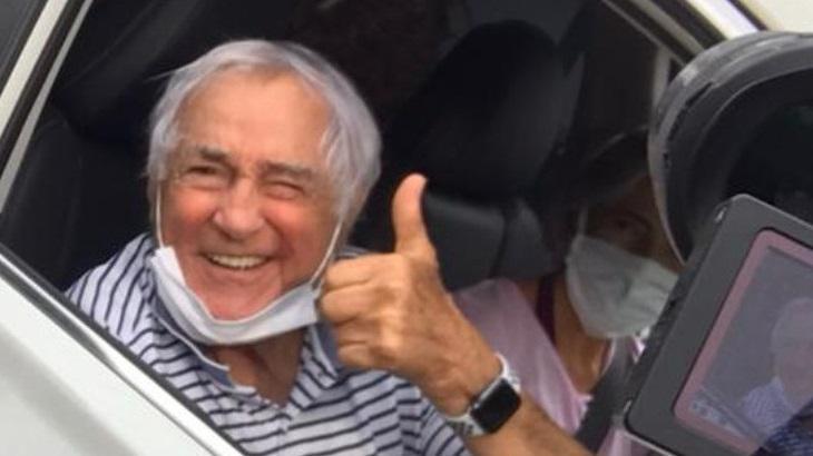 Aracy Balabanian é vacinada contra Covid-19, aos 81 anos