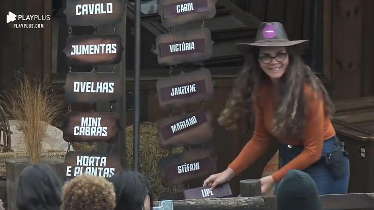 Luiza Ambiel delegando tarefas em A Fazenda 2020