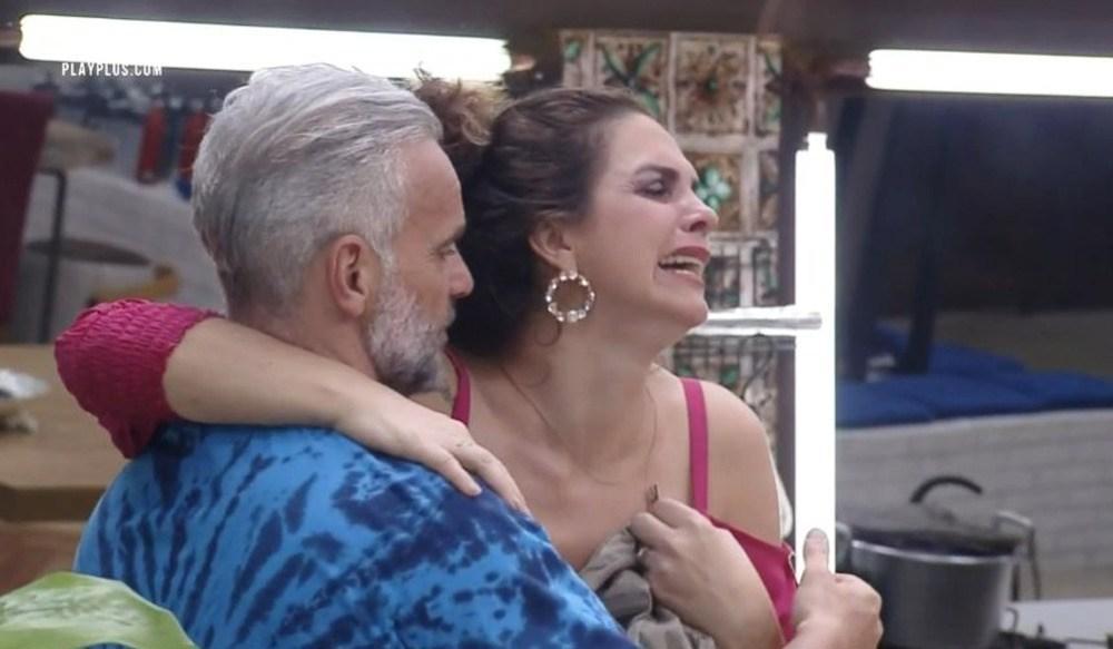 Foto de arquivo, Luiza chora e é amparada por Mateus Carrieri em A Fazenda 2020