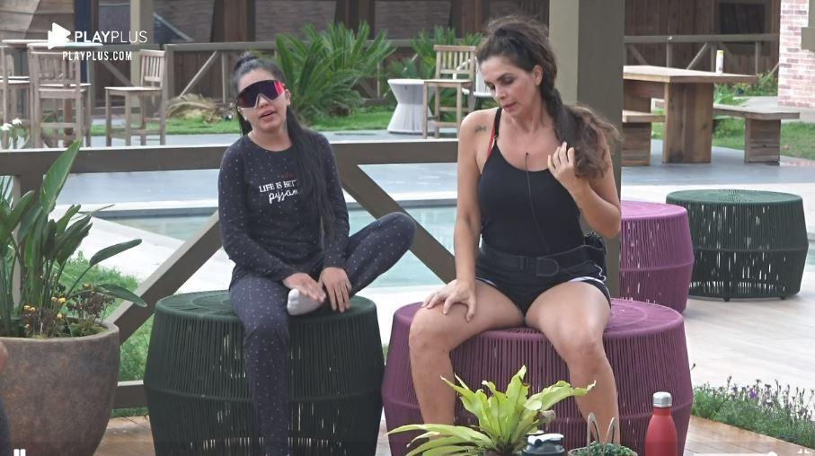Na área externa, MC Mirella e Luiza em A Fazenda 2020