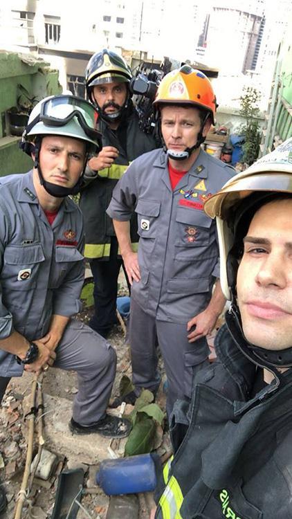 Luiz Bacci volta a fazer reportagem após quatro anos e sobe em prédio colado ao que desabou