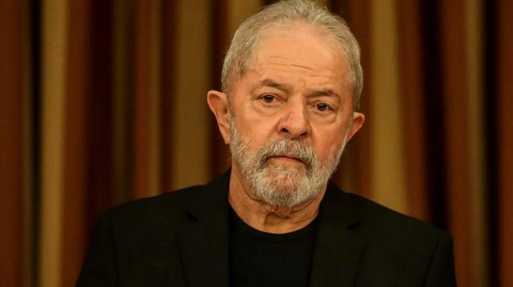 Lula sentado para tirar foto