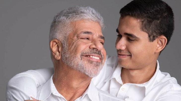 Lulu Santos abraçado ao marido Clebson Teixeira