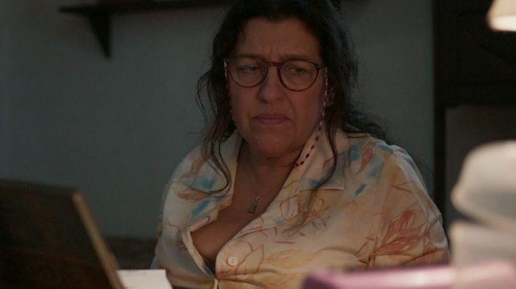 Amor de Mãe: Thelma confessa para amiga pegadinha em Lurdes
