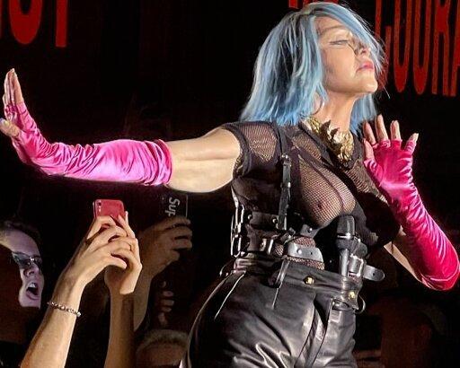 Madonna deixa seios à mostra com look usado em show