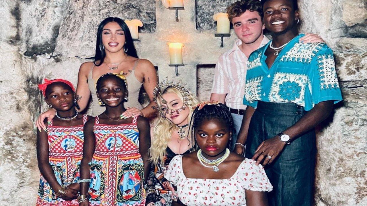 Madonna posando com os filhos