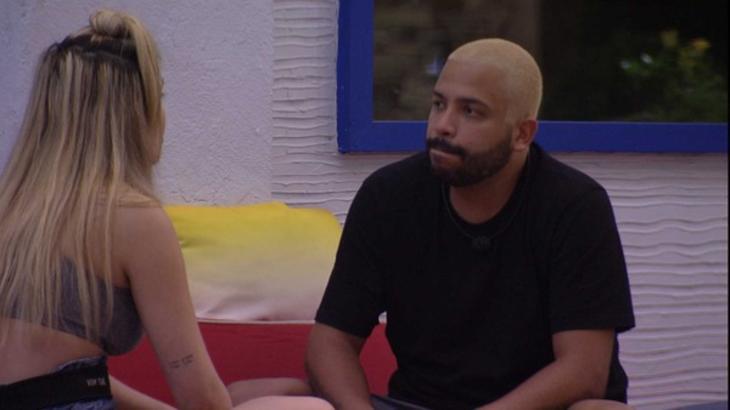 Projota e Viih Tube conversando sentados na área externa do BBB21