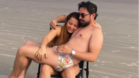 Maiara e Fernando na praia