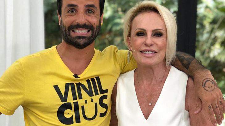 Vinícius fazendo careta ao lado de Ana Maria Braga