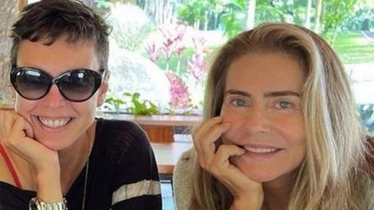 Maitê Proença e Adriana Calcanhoto posada sorridentes
