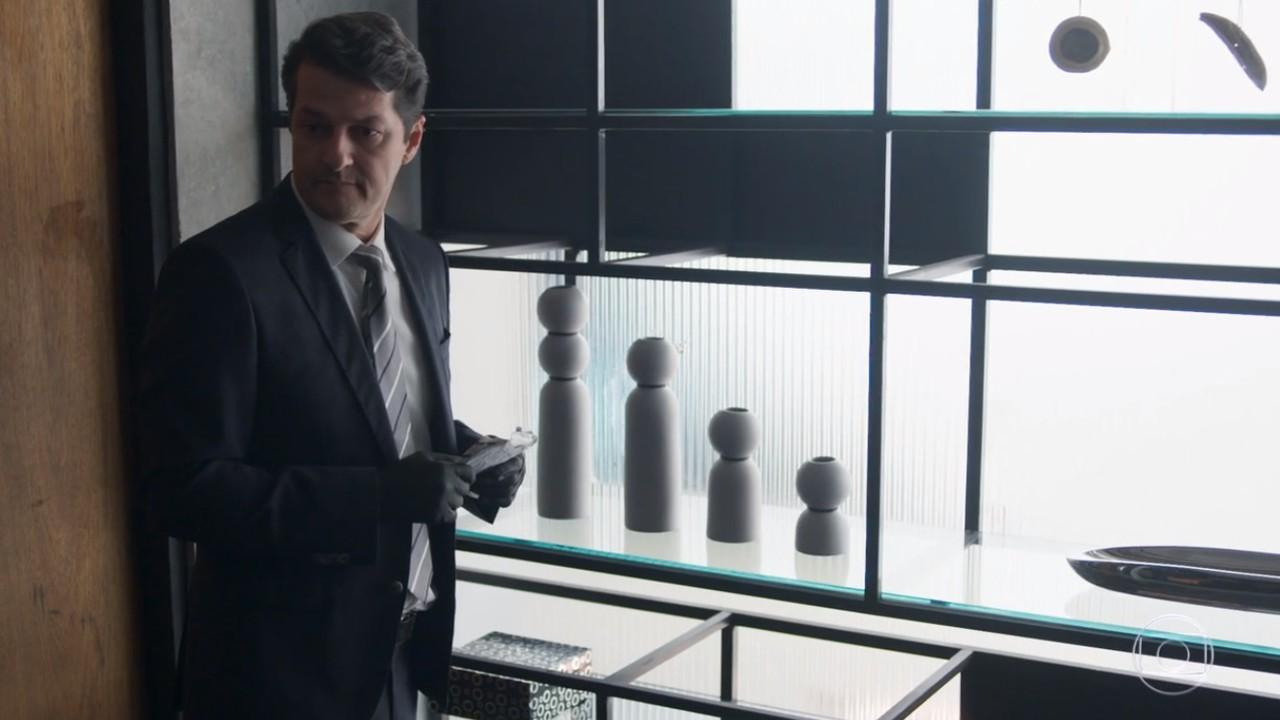 Malagueta forjando prova no escritório de Eric