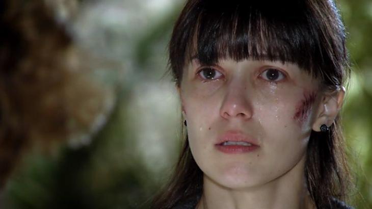 Cena de A Vida da Gente com Manu machucada no rosto e chorando