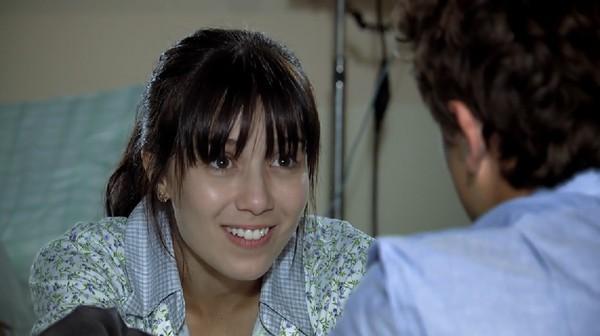 Manuela sorrindo para Rodrigo com convite