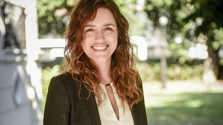 Manuela Dias posa sorrindo para a foto