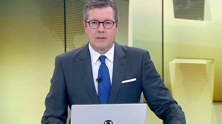 O jornalista Márcio Gomes na bancada do telejornal Hoje na Globo