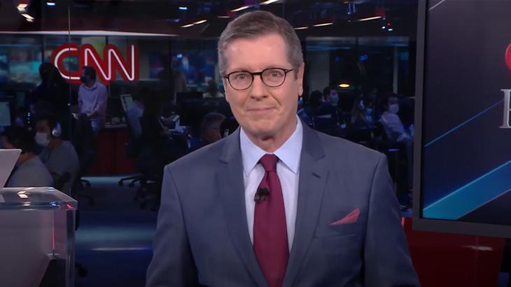 Márcio Gomes na bancada da telejornal da CNN Brasil