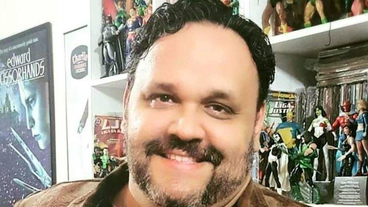Jornalista Márcio Tadeu sorrindo