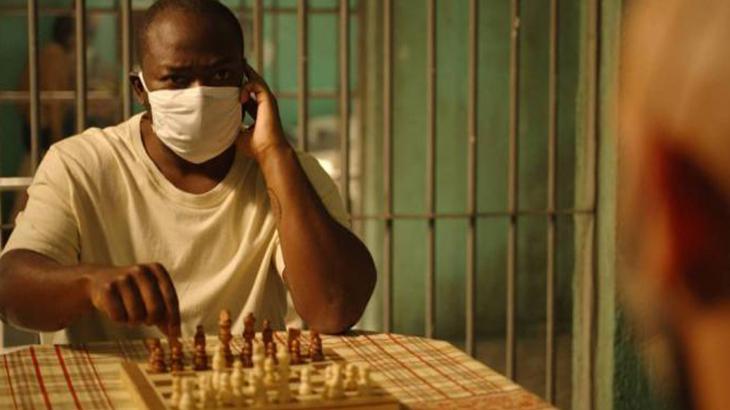 Marconi jogando xadrez com Álvaro na cela