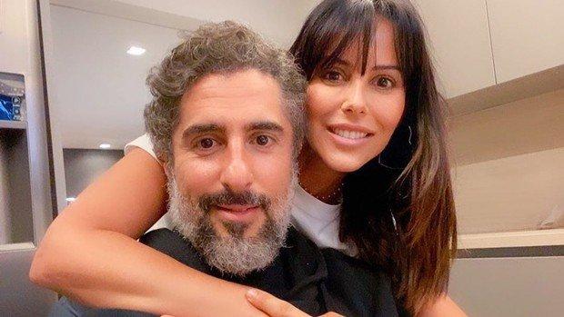 Marcos Mion e Suzana juntos olhando pra câmera