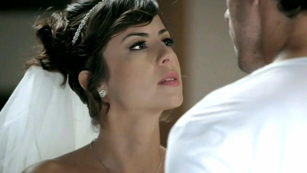 Maria Clara de noiva falando com Enrico