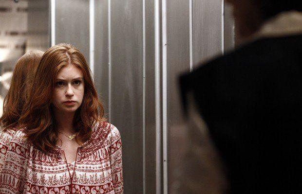 Isis no elevador, paralisada, em frente Maria Marta