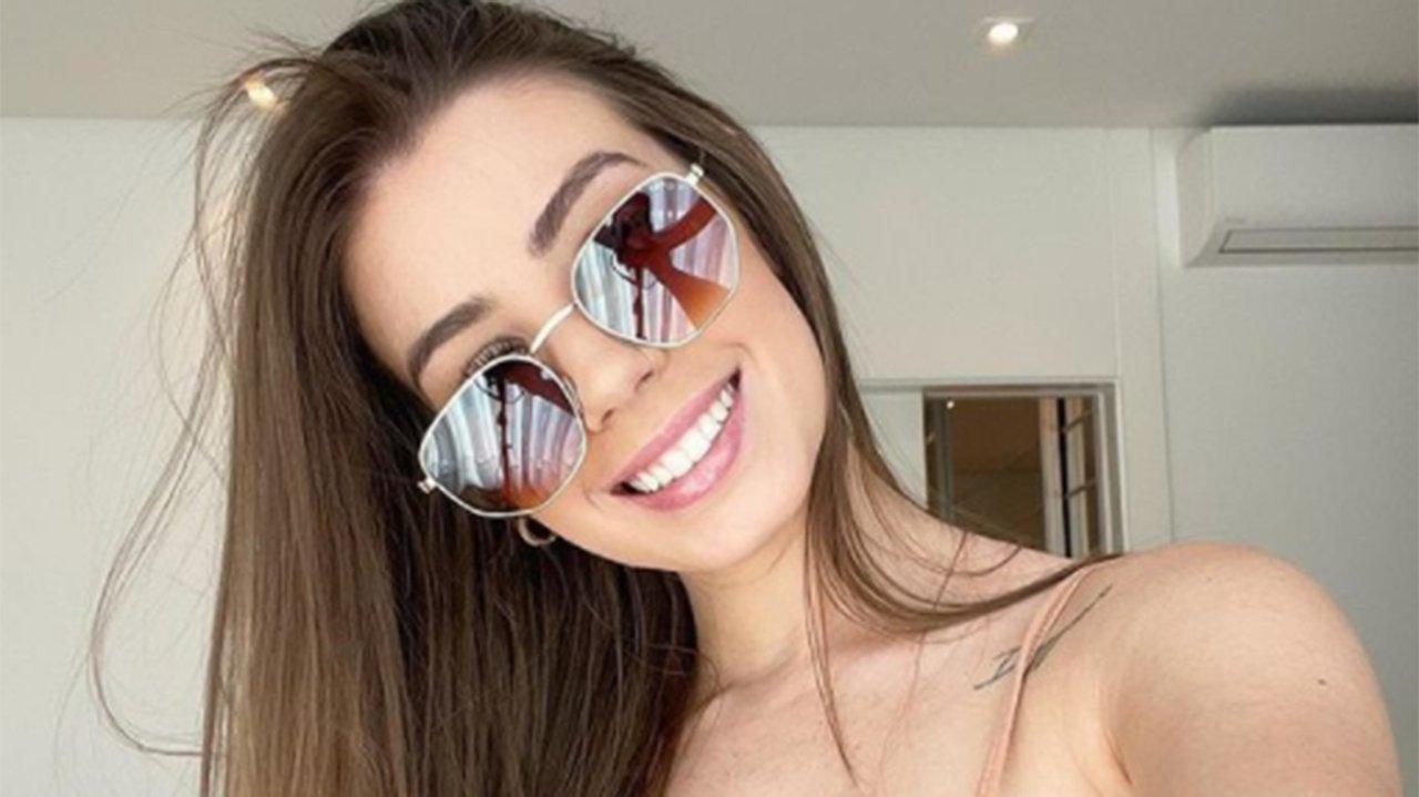 Maria Lina de óculos escuros e sorrindo