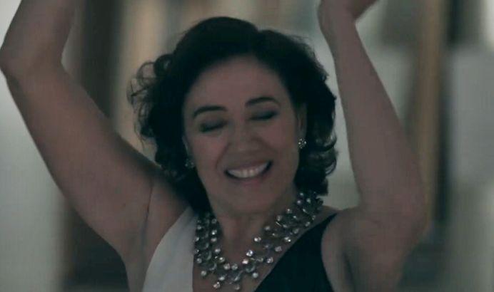 Maria Marta com os braços levantados pra cima dançando sozinha