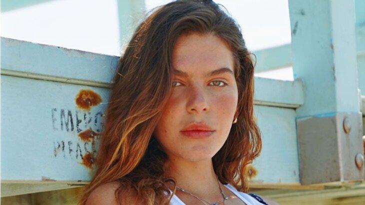 Mariana Goldfarb posa séria para foto de ensaio