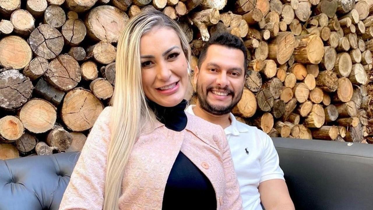 Andressa Urach e marido posados para foto