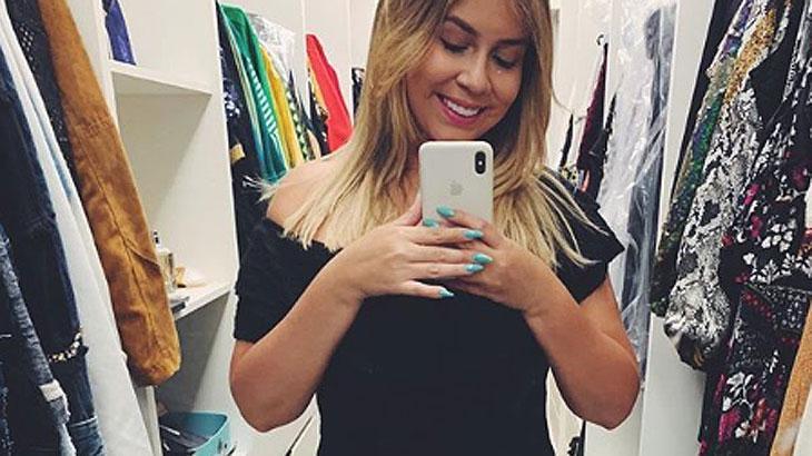 Marília Mendonça segurando celular