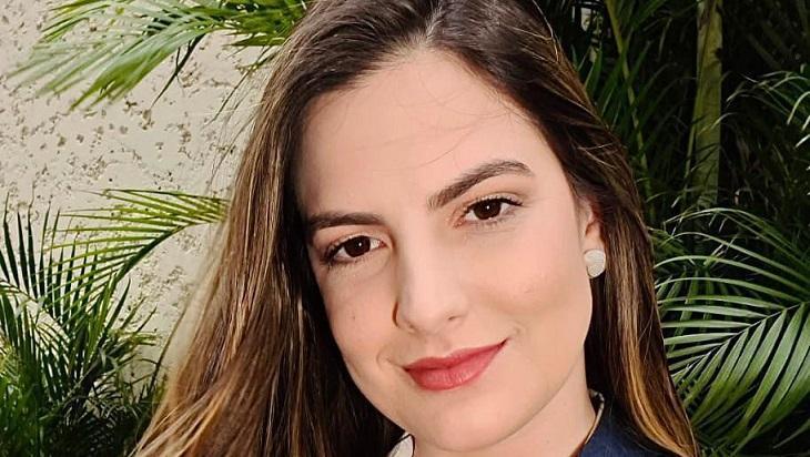 Marina Demori com um leve sorriso