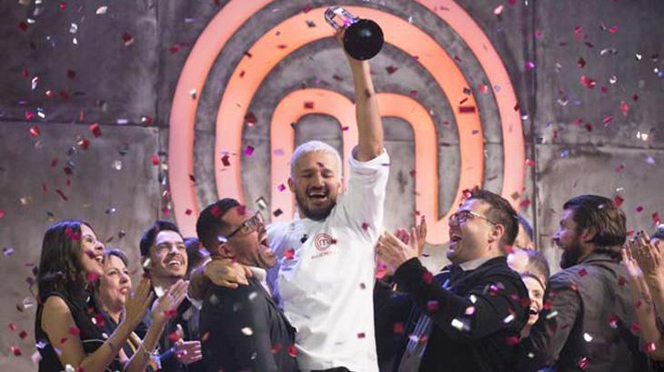 Rodrigo levantando troféu do MasterChef