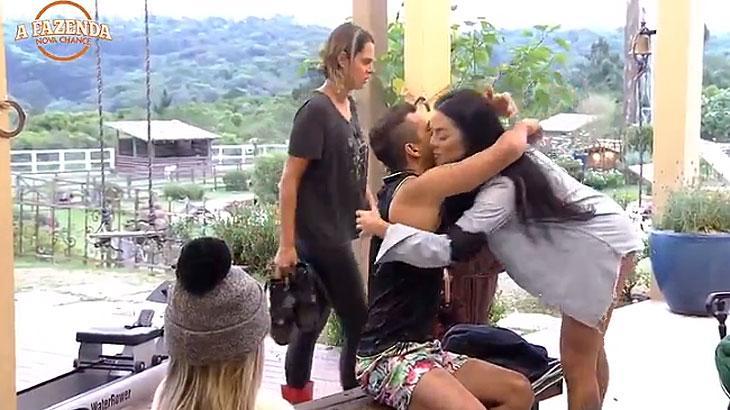 "\""A Fazenda\"": Matheus faz proposta indecente e deixa Monique chocada"