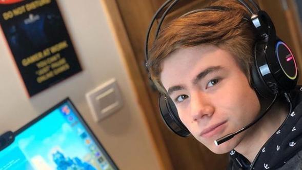 Matheus Ueta com fone de ouvido jogando Counter Strike