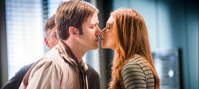 Totalmente Demais: Arthur provoca Carolina com beijo em Eliza