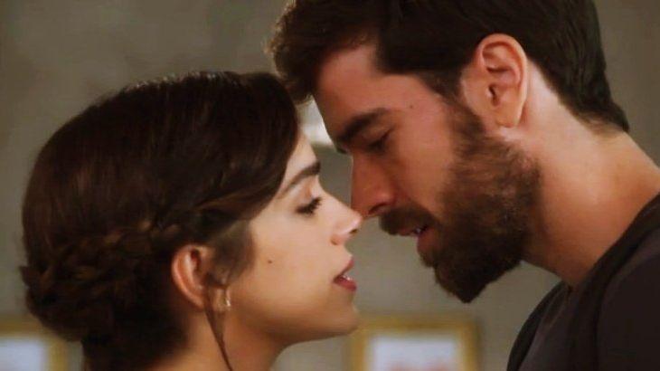 Micaela e Bruno bem próximos, quase se beijando