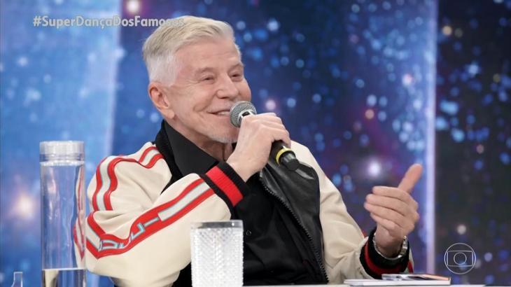 Miguel Falabella no palco do Domingão segurando um microfone