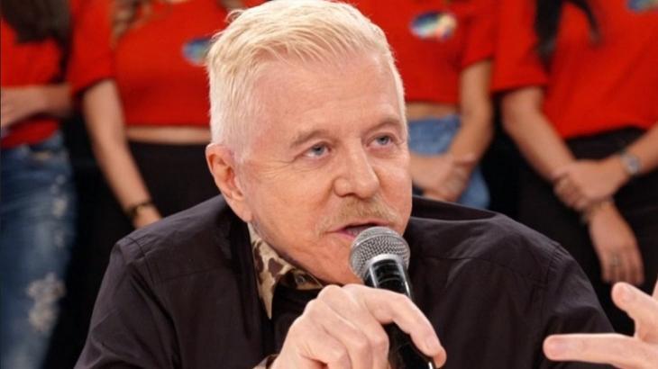 Miguel Falabella com microfone na mão