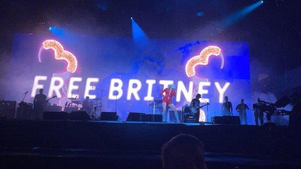 Miley Cyrus faz campanha por liberdade de Britney Spears em show