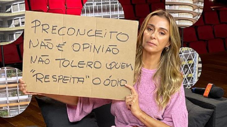 Mônica Martelli com cartaz contra a homofobia